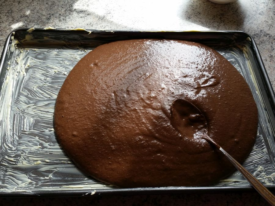 Die Backform (Muffinform, Backblech) gut einfetten (oder mit Backpapier auslegen) und den Teig einfüllen.