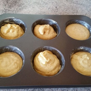 Die Backform (hier eine Jumbo-Muffinform) gut einfetten und den Teig einfüllen.