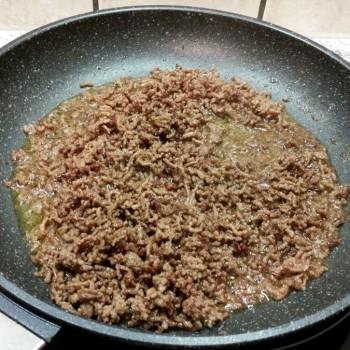Das Hackfleisch mit der Zwiebel fein krümelig anbraten, nach Belieben würzen und etwas abkühlen lassen.