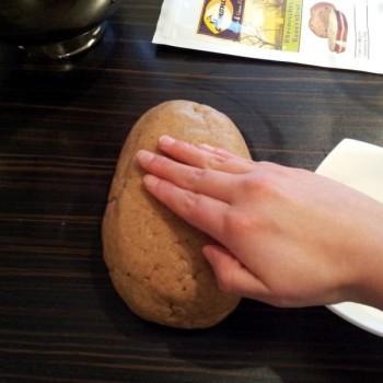 Mit feuchten Händen einen Brotlaib formen. Das funktioniert besonders gut, wenn du deine Hände zwischendurch immer wieder befeuchtest.