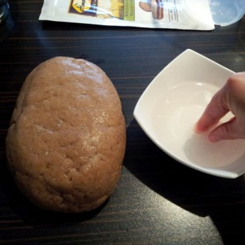 Zum Schluss die Oberfläche mit wenig Wasser glätten (das ist nicht unbedingt nötig - nur wenn du ein besonders hübsches Brot haben möchtest) ...