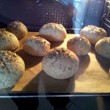 ... gehen Sie im Ofen besonders schön hoch. Die Weltmeisterbrötchen auf diesem Bild haben wir noch zusätzlich mit einer Körnermischung bestreut (optional, nicht in der Packung enthalten). Die Backzeit ist etwas kürzer als bei den Broten.