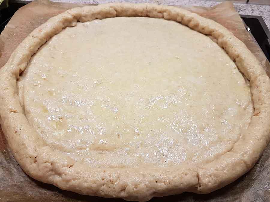 Rezept HotDog Pizza mit Würstchenrand und Senf-Dip glutenfreie ...