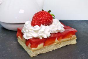 Rezept Fruchtiger Pudding Kuchen mit Erdbeeren und Joghurt-Boden low carb glutenfrei