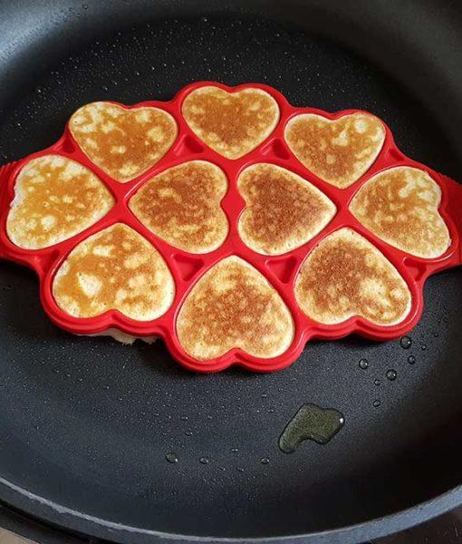 Silikomart-PAN02-Happy-Snack-LOVE-Silikonform-für-Pfannkuchen-in-Herzform-Pfannkuchenwunder-Pancakes-King