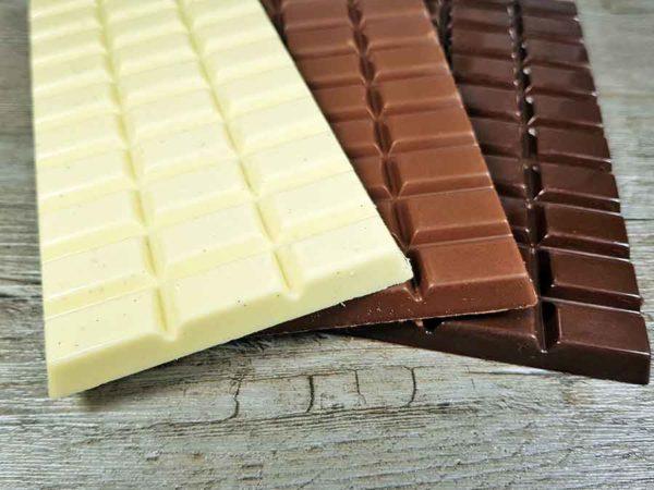 CHOKETO Low Carb & Keto Schokolade BUNTES MIX-Paket PUR - VOLLMILCH + ZARTBITTER + WEISSE JOGHURT-QUARK– 3 Tafeln – handgemacht