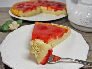 REZEPT Erdbeerboden mit Vanillepudding & samtigem Erdbeerguss low carb glutenfrei