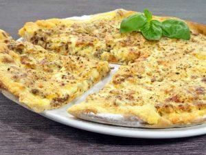 Rezept-Weisse-Hackfleischpizza-mit-Creme-Fraiche-Koriander-Sauce-low-carb-glutenfrei