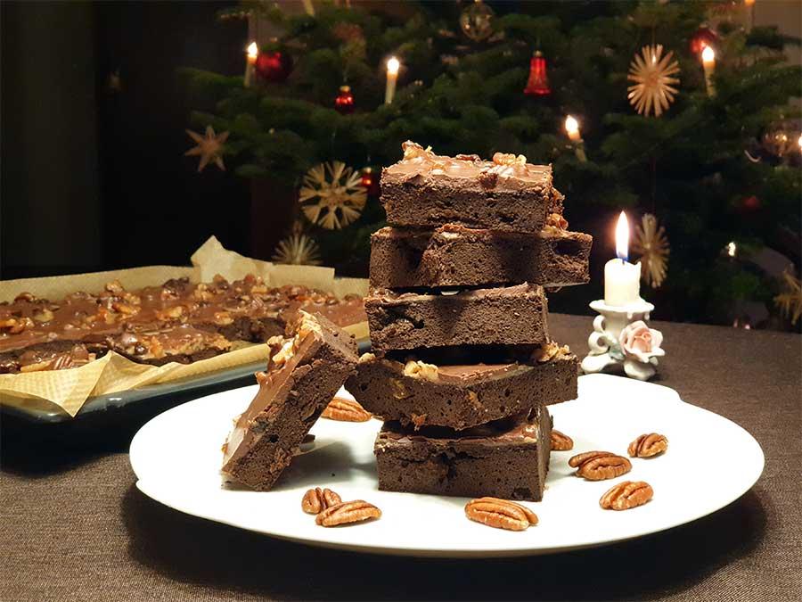 Low Carb Glutenfrei Rezept Saftiger Rotweinkuchen für Chocaholics mit fruchtigem Pekan-Karamellguss