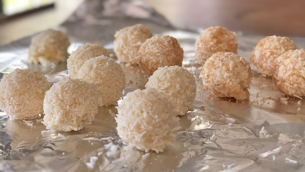 https://lowcarb-glutenfrei.com/rezept-kokostrueffel-kokospralinen-lowcarb-zuckerfrei-keto/