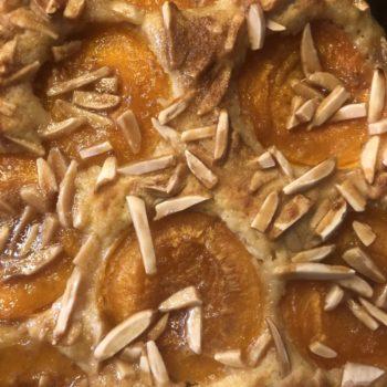 Aprikosen mit einer Kruste aus Mandeln und Karamelltraum - gebettet in einen Rührteig mit Eierlikör-Flavour! Sooo lecker! Ein Stück des Kuchens hat NUR 221kcal und 8g KH - genial oder? Trotz Früchte!