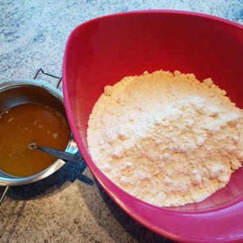 Aromatische Marzipankartoffeln gehören auf jeden Weihnachtsteller! Und glücklicherweise geht das kinderleicht und mit wenig Zutaten auch in low-carb & zuckerfrei!